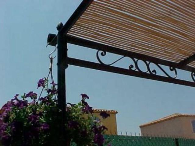Pergola en fer forg sur mesure secteur luberon ferronnerie pour garde corps et portail for Canisse pergola