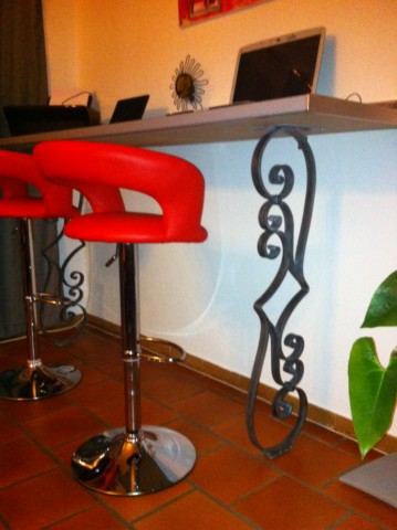 table haute avec d coration en fer forg sausset les pins ferronnerie pour garde corps et. Black Bedroom Furniture Sets. Home Design Ideas